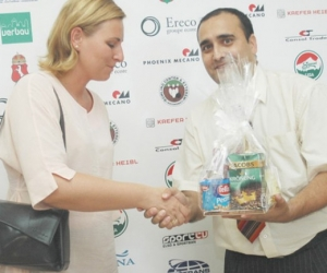 Hit és Sport Alapítvány elnöke köszönti Szemereiné Pataki Klaudiát, Kecskemét megyei jogú város alpolgármesterét