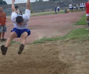 Beregszászi sportoló távolugrás közben