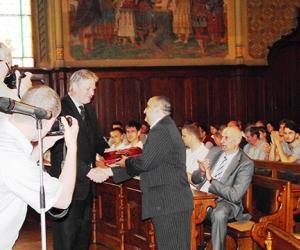 Dr. Zombor Gábor polgármester úr gratulál Radics Kálmánnak a Hit és Sport Alapítvány elnökének.