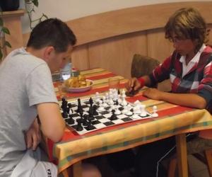 A későbbi győztes szlovén Luka sakkozás közben.