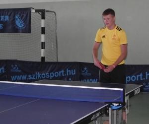 Szerb sportoló asztaliteniszezés közben.