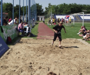 Velence sportoló távolugrás közben.