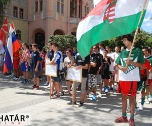 Nemzetek felsorakozva a városháza előtt.
