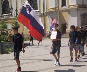 Szlovénia csapata sétál be a nyitóünnepségre.