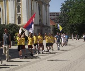 Szerbia csapata vonul be a nyitóünnepségre.