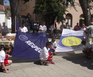 Az UEFA és az ALAPÍTVÁNY zászlói.
