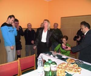 Sorsolás közben, Petrika Ibolya grassroots - koordinátor húzza ki a nagy ellenfelet.