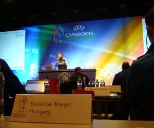Konferenciaterem magyar képviselői felirattal.