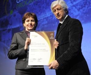 Gianni Rivera arnylabdás volt olasz válogatott labdarúgója adja át a díjat Bajákiné Kovács Margitnak a Hit és Sport Alapítvány munkatársának.
