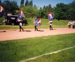 kulturális program:zászlódobáló akrobaták  2001.