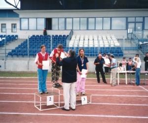 Díjkiosztó: Nyitrai András ( FIDESZ -Országgyűlési képv. ) díjat ad át az első helyeztt sportolónak 2003-ban.