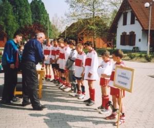 Ádám István sportági vezető díjat ad át a regionális döntő díjkiosztóján 2004-ben.