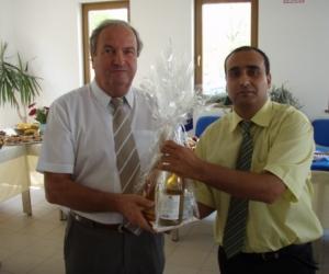 Radics Kálmán alapítványi elnök és Dr. Iványosi-Szabó András Kecskemét MJV alpolgármestere a Gyermekotthonok X. Európa Kupája Döntőjének állófogadásán 2007-ben.
